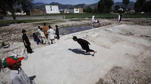 Pakistani boys play at the demolished compound of Osama bin Laden, in Abbottabad, Pakistan on May 2, 2012. /AP