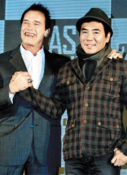 Arnold Schwarzenegger (left) and Kim Ji-woon /Newsis