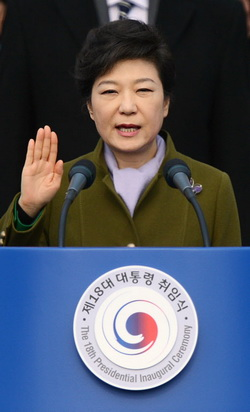 Park Geun-hye takes the oath of office at her inauguration in the National Assembly on Monday.