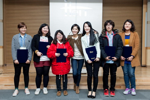 Actress Jung Hye-young poses with recipients of a scholarship she set up with her husband in Seoul on Monday. /Newsis