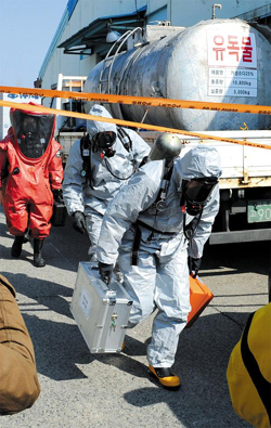 Investigators leave the scene after checking the site of a chlorine gas leak in Gumi, North Gyeongsang Province on Tuesday.