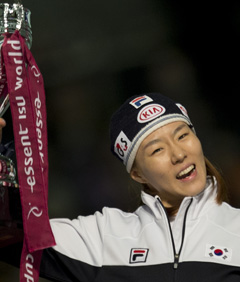 Lee Sang-hwa smiles with a trophy after winning the 500-m race at the ISU World Cup Final in Heerenveen, Netherlands, on Sunday. /AP-Newsis