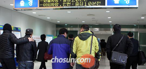 Staff of South Korean firms in the Kaesong Industrial Complex go through the Dorasan immigration office in Paju, Gyeonggi Province on Monday.
