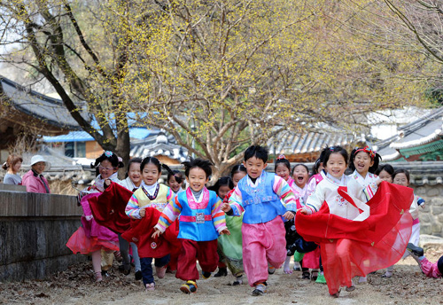 Children in hanbok or traditional Korean dress run after a spring ritual at a Confucian school in Jeonju, North Jeolla Province on Mar. 12, 2013. /News 1