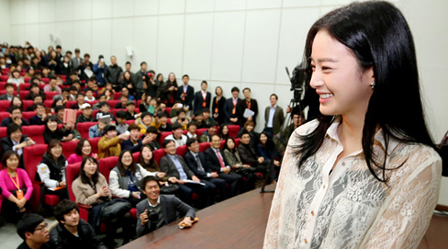 Kim Tae-hee gives a presentation during a recruitment drive by Hanwha Group at Seoul National University on Thursday.