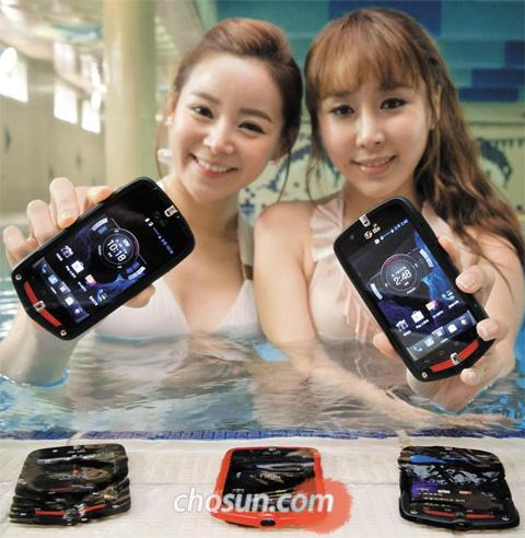 Models show LGs new water-resistant smartphones at a swimming pool in Seoul on Monday.