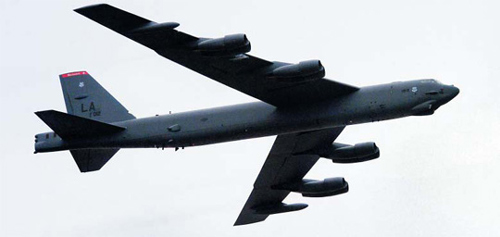 A B-52 bomber plane goes on a training flight over Pyeongtaek, Gyeonggi Province on Tuesday. /Courtesy of Hankook Ilbo