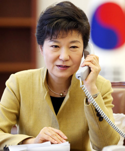 President Park Geun-hye speaks on the phone with her Chinese counterpart Xi Jinping on Wednesday. /Courtesy of Cheong Wa Dae