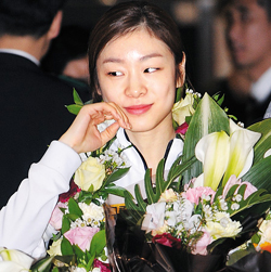 Kim Yu-na smiles on arrival at Incheon International Airport from Ontario, Canada on Wednesday. /News 1
