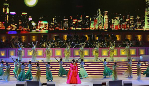 Chinas new First Lady Peng Liyuan performs at 10th anniversary ceremonies of the Reunification in Hong Kong on June 30, 2007. /AFP
