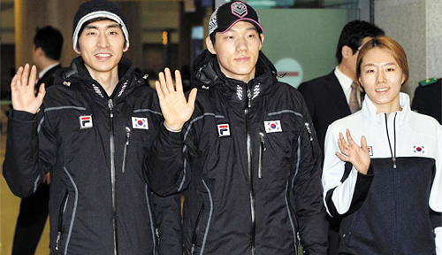 Lee Seung-hoon (left), Mo Tae-bum (center) and Lee Sang-hwa wave on arrival at the Incheon International Airport on Tuesday. /Newsis