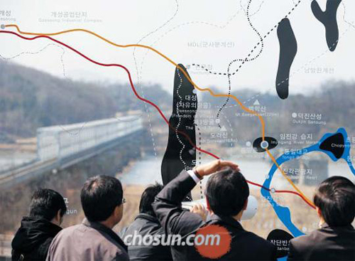 Visitors look at North Korea from the Imjingak pavilion in the border town of Paju, Gyeonggi Province on Sunday.