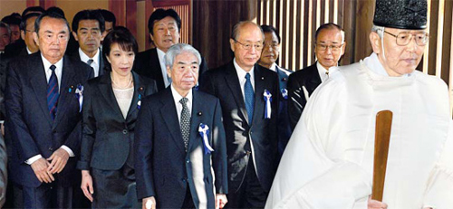 Japanese lawmakers pay homage at the Yasukuni Shrine in Tokyo on Tuesday. /Reuters-Newsis