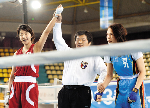 Actress Lee Si-young (left) reacts after winning the National Amateur Boxing Championships in Chungju, North Chungcheong Province on Wednesday. /News 1