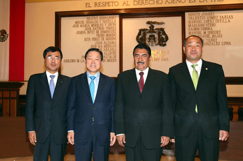 Changwon Mayor Park Wan-su (second from left) poses with Guadalajara Mayor Ramiro Hernández García and other Korean officials after signing a sister-city pact with the Mexican city at Guadalajara City Hall last Friday.
