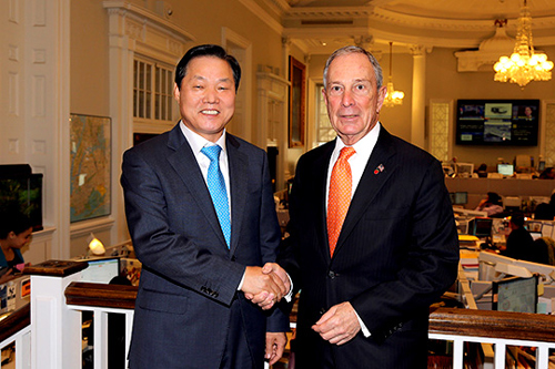 Changwon Mayor Park Wan-su shakes hands with New York Mayor Michael Bloomberg at the New York City Hall.