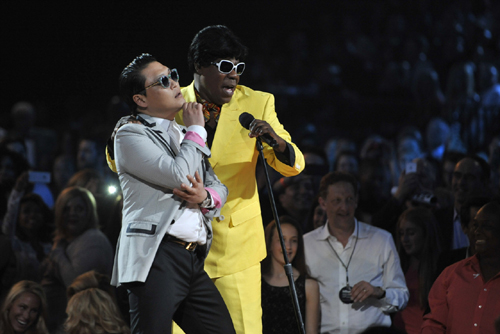 Psy (left) and show host Tracy Morgan perform during the Billboard Music Awards at the MGM Grand Garden Arena in Las Vegas, Nevada on Sunday. /Reuters-Newsis