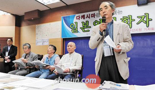 Japanese academics hold a press conference to announce their support of Koreas sovereignty over the Dokdo islets in Busan on Tuesday.