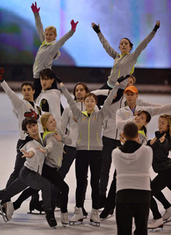 Kim Yu-na practices with fellow skaters ahead of an ice show at the Olympic Gymnastics Stadium in Seoul on Thursday.
