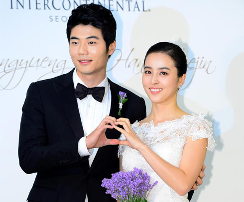 Ki Sung-yueng (left) and Han Hye-jin