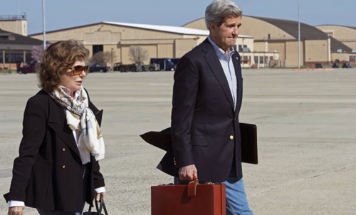 U.S. Secretary of State John Kerry and his wife Teresa Heinz Kerry at Andrews Air Force Base in Maryland on April 6, 2013. /Reuters
