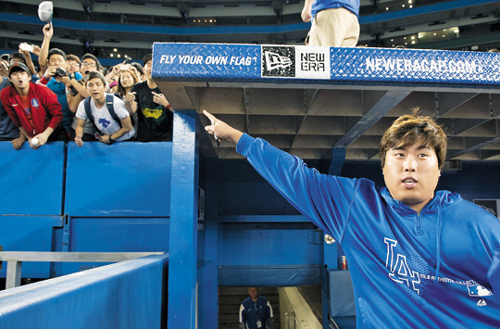 Fans cheer after Los Angeles Dodgers starting pitcher Ryu Hyun-jin defeated the Blue Jays in Toronto on Monday. /AP-Newsis