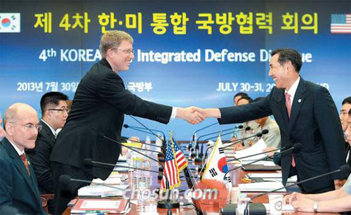Deputy Defense Minister Lim Kwan-bin (right) shakes hands with Deputy Assistant Secretary of Defense for East Asia David Helvey during the Integrated Defense Dialogue in Seoul on Tuesday.