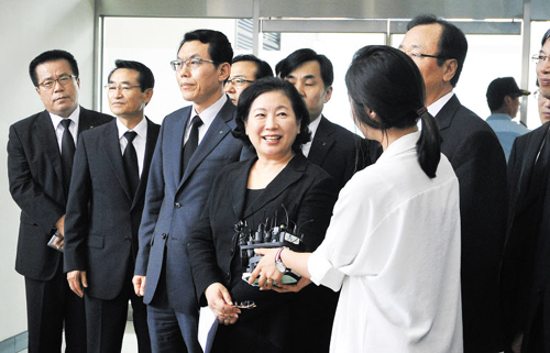 Hyundai Group chairwoman Hyun Jeong-eun speaks to reporters on return from North Korea on Saturday after a memorial for her late husband, former Hyundai chief Chung Mong-hun.