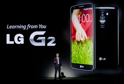 LG Electronics president of mobile communications Park Jong-seok presents the new G2 smartphone at a press event in New York on Wednesday. /News 1