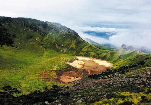 The floor of the Baekrokdam crater on Mt. Halla is exposed on Aug. 3, 2013 amid severe drought on Jeju Island. /Newsis
