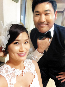 Kim Yeon-ji (left) poses with Toby Dawson in a pre-wedding picture provided by the bride. /Newsis