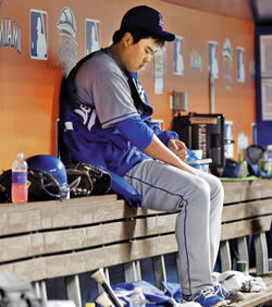 Los Angeles Dodgers starting pitcher Ryu Hyun-jin sits in the dugout after being relieved in the eighth inning of a baseball game against the Miami Marlins in Miami on Monday. /AP-Newsis