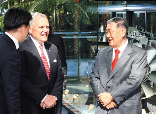 Georgia Governor Nathan Deal (left) meets Hyundai Motor Group chairman Chung Mong-koo at the automaker's headquarters in Yangjae, Seoul in October, 2011.