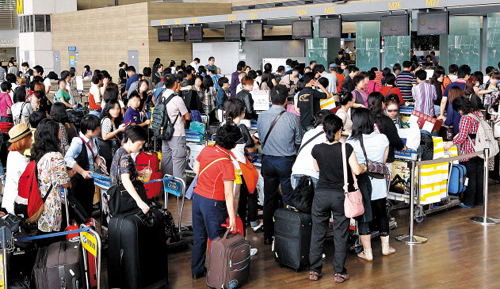 People queue at the check-in at Incheon International Airport on Sept. 17, 2010 ahead of the Chuseok holidays.