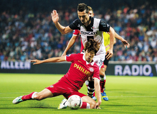 Park Ji-sung of PSV Eindhoven stays clear of Heracles Almelos Jason Davidson during their Eredivisie match at Polman Stadium in Almelo, the Netherlands. /Getty Images