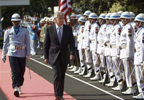 U.S. Defense Secretary Chuck Hagel (center) inspects a guard of honor during a welcome ceremony prior to a meeting with Indonesian Defense Minister Purnomo Yusgiantoro in Jakarta, Indonesia on Aug. 26, 2013. /AP