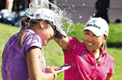 Lydia Ko (left) is doused by Kim In-kyung, after winning the LPGA Canadian Womens Open golf tournament in Edmonton, Alberta on Sunday. /AP-Newsis
