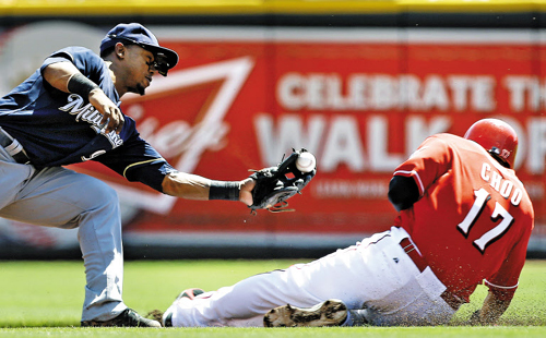 Cincinnati Reds Shin-Soo Choo steals second base as the ball comes loose from Milwaukee Brewers' shortstop Jean Segura in the first inning of a game at the Great American Ball Park in Cincinnati on Sunday. /AP-Newsis