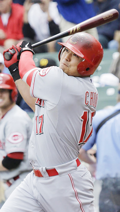 Cincinnati Reds Choo Shin-Soo hits a solo homerun against the Chicago Cubs during the first inning of a baseball game in Chicago on May 4, 2013. /AP-Newsis