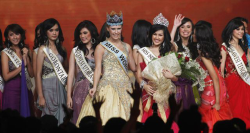 Winner of Miss Indonesia 2011 Astrid Ellena Indriana Yunadi (center right) stands with Miss World 2010, pageant final, Jakarta on June 4, 2011. /Reuters