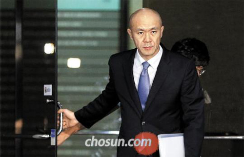 Chun Jae-young, the second son of ex-President Chun Doo-hwan, leaves a prosecutors office in Seoul on Wednesday morning.