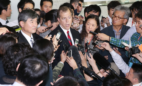 U.S. special representative for North Korea policy Glyn Davies answers reporters questions after talks with his South Korean counterpart Cho Tae-yong (left), at the Foreign Ministry in Seoul on Tuesday.