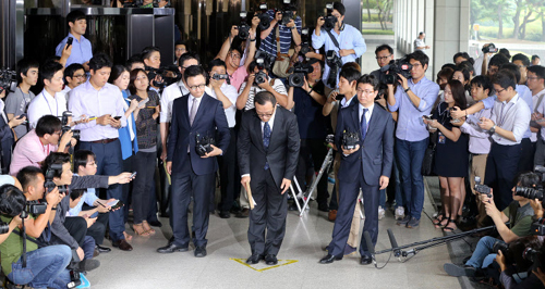 Chun Jae-kook, the eldest son of former President Chun Doo-hwan, bows in front of the Seoul Central District Prosecutors Office in Seoul on Tuesday.
