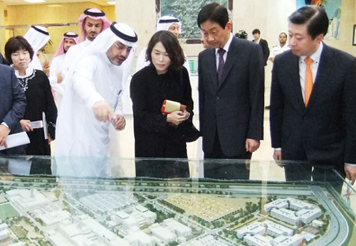 Health Minister Jin Young (second right) is shown a model of King Fahd Hospital in Saudi Arabia on Sunday.