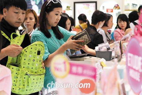 Chinese tourists shop at Lotte Department Store in Sogong-dong, Seoul on Thursday.