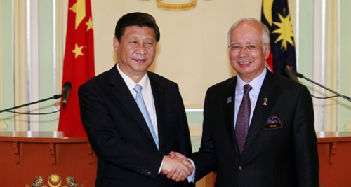 Chinas President Xi Jinping (left) and Malaysias Prime Minister Najib Razak shake hands after their joint news conference at Najibs office in Putrajaya, near Kuala Lumpur Oct. 4, 2013. /Reuters