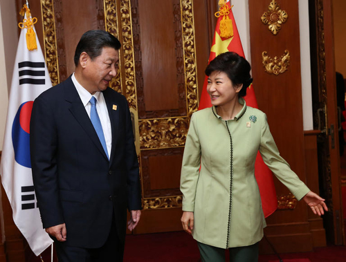 President Park Geun-hye meets with her Chinese counterpart Xi Jinping (left) in Bali, Indonesia on Monday. /AP-Newsis