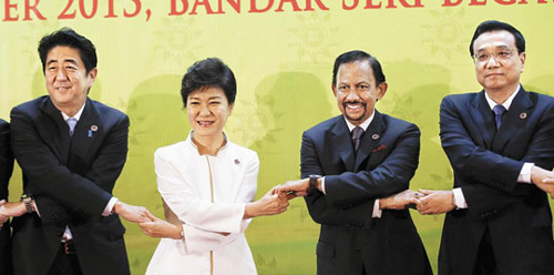 President Park Geun-hye poses for a group photo with other leaders at the ASEAN+3 conference in Bandar Seri Begawan, Brunei on Thursday. /Newsis