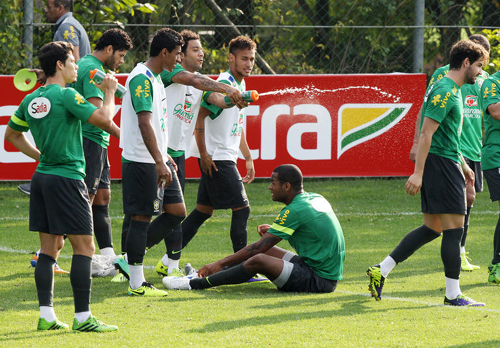 Brazils soccer players take a rest during a training session in Paju, Gyeonggi Province on Thursday. /Newsis