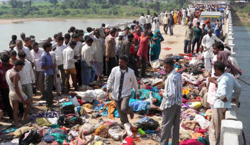 Bodies are seen lying on a bridge following a stampede in Datia district, in Indias Madhya Pradesh state on Oct. 13, 2013. /AFP